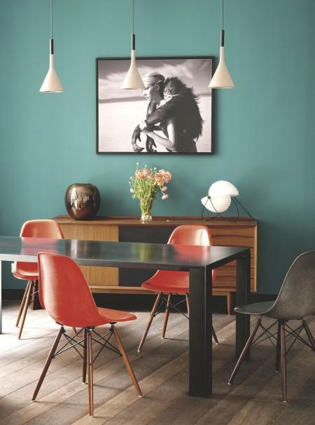 une-salle-a-manger-coloree-et-chaleureuse_5177295